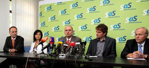 2. august 2010, Bratislava. Členovia Obyčajných ľudí Jozef Viskupič a Erika Jurinová, predseda SaS Richard Sulík, členovia Obyčajných ľudí Igor Matovič a Martin Fecko počas brífingu, na ktorom informovali o výsledkoch nedeľňajšieho rokovania medzi stranou Sloboda a Solidarita (SaS) a iniciatívou Obyčajní ľudia o ďalších krokoch týchto subjektov.