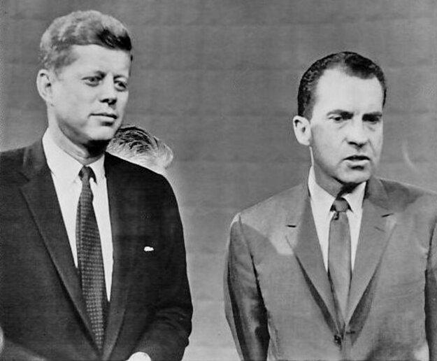 J. F. Kennedy a R. Nixon pred prezidentskou debatou. Kým Kennedyho tmavý oblek a kravata na záberoch vynikali, Nixonovo bledé sako splývalo s pozadím.