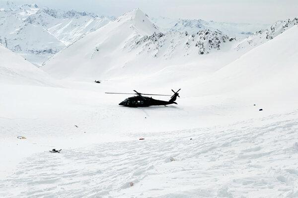Vrtuľník Národnej gardy na mieste nehody.