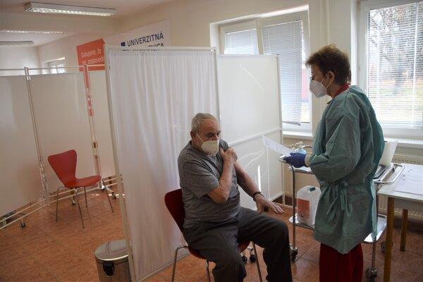 Očkovanie vo Vakcinačnom centre UNM.