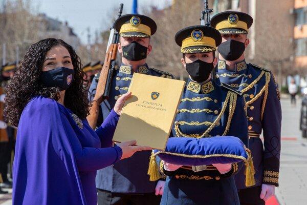 Novozvolená kosovská prezidentka Vjosa Osmani-Sadriu pózuje s Ústavou počas inaugurácie v Prištine.