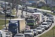 Dopravné zápchy pred veľkonočným víkendom v smere Bratislava - Senec.