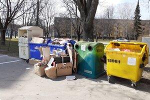 Kontajnery na triedený odpad v Trenčíne bývajú často preplnené.