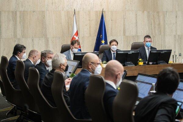 hegerova vláda bude rozhodovať o predĺžení núdzového stavu.