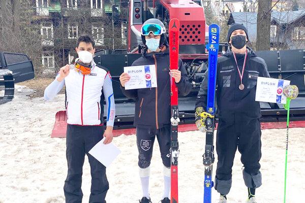 Adam Lasok (v strede) ovládol disciplínu obrovský slalom.