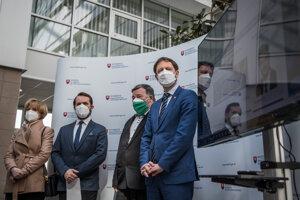 Členovia konzília odborníkov a premiér Eduard Heger (OĽaNO)