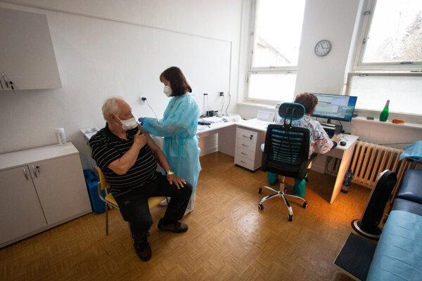 V Liptovskom Mikuláši momentálne očkujú ľudí starších ako 60 rokov a kritickú infraštruktúru.