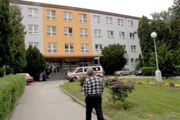 Z tejto budovy, kde sídli detská klinika, išiel otec so Samkom na rukách na pohotovosť.