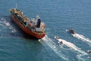 Iránske revolučné gardy zadržali tanker 4. januára, pretože podľa nich z neho unikala ropa.
