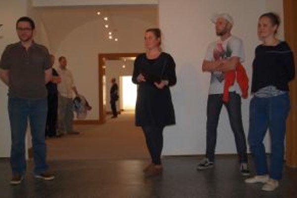 Vernisáž výstavy - zľava kurátor galérie Omar Mirza, kurátorka výstavy Katarína Slaninová a autori Martina Bobríková a Oscar de Carmen.