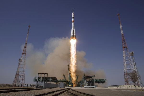 Štart vesmírnej lode Sojuz MS-18 s rusko-americkou posádkou.