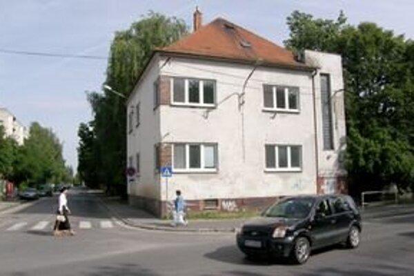Aj v tejto budove na Párovskej ulici pred rokmi fungovala materská škola. Neskôr si ju prenajal lekár, ktorý ju upravil pre svoje potreby. Momentálne je objekt nevyužitý.
