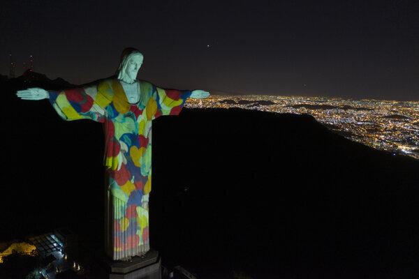 Na gigantickej soche Krista Spasiteľa, ktorá je umiestená na vrchu Corcovado, svietia obrázky potravín počas pandémie nového koronavírusu v Riu de Janeiro.