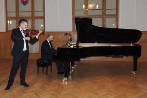 V Koncertnej sále Župného domu je výborná akustika a špičkové koncertné krídlo. Pochvaľovali si ju aj klavirista Wojciech Waleczek a huslista Wojciech Proniewicz.
