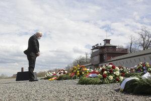 Nemecký prezident pri pokladaní venca počas pamiatky na oslobodenie tábora.