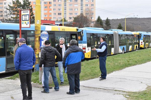 Odstavené autobusy na konečnej zastávke na Sídlisku KVP.