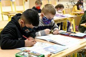 Školy prijímali žiakov pri dodržiavaní všetkých epidemických opatrení.