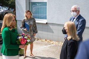 Prezidentka SR Zuzana Čaputová (vľavo) navštívila Biomedecínske centrum SAV. Stretla sa s predsedom Slovenskej akadémie vied (SAV) Pavlom Šajgalíkom a riaditeľkou Biomedecínskeho centra SAV Silviou Pastorekovou.
