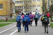 Školáci 1. stupňa počas príchodu do základnej školy.