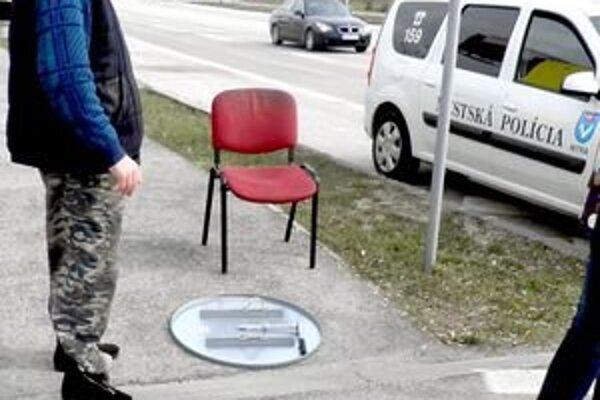 Odmontovaná značka zákaz vjazdu. Muž údajne na štátnej polícii vypovedal, že chcel značku pripevniť.