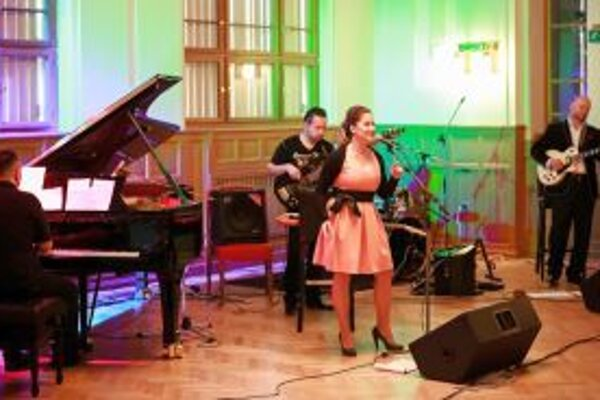 Brigita zaspievala v sprievode hudobníkov Ivana Dimitrova, Eugena Vizváryho, Róberta Vizváriho a Tomáša Farkaša.