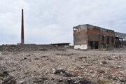 Sutiny a kostry budov. Areál bývalej košickej magnezitky pripomína mesačnú krajinu.