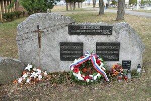 Pamätník pripomínajúci mučených a umučených na cintoríne v Poprade.