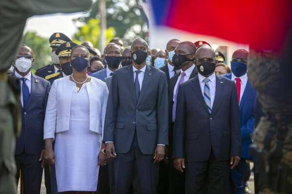 Haitský prezident Jovenel Moise (uprostred).