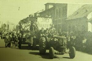 Oslava 1. mája patrila k ére Československa. V sprievode bolo aj JRD Rakovo, ktoré vzniklo v období kolektivizácie.