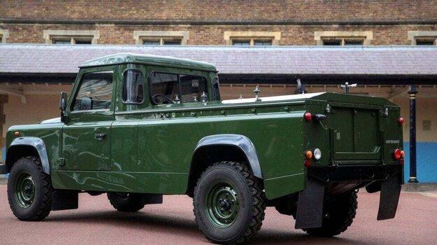 Land Rover Defender TD5 130 s úpravou na prevoz truhly.