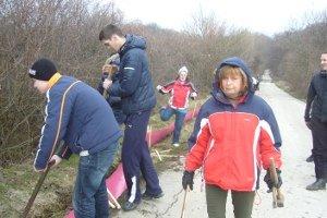 Zábrany stavali gymnazisti zo Zlatých Moraviec a dobrovoľníci.