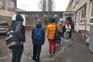 Aby sa nemiešali s prvostupniarmi, na SZŠ Dneperská im pripravili iný vchod.