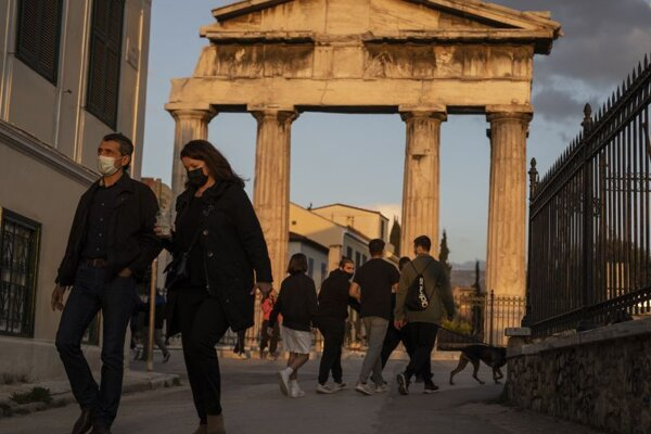 Chodci a aténskej štvrti Plaka.
