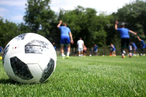 Aj futbalové lopty už čakajú, že si do nich niekto kopne.