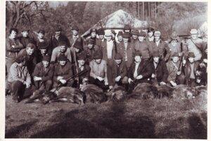 Poľovníci so svojím úlovkom – 80. roky