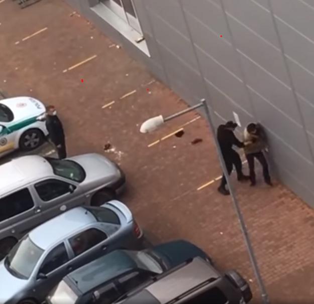 Policajt pred Tescom v Starej Turej útočí na muža, ktorý nekladie žiadny odpor.