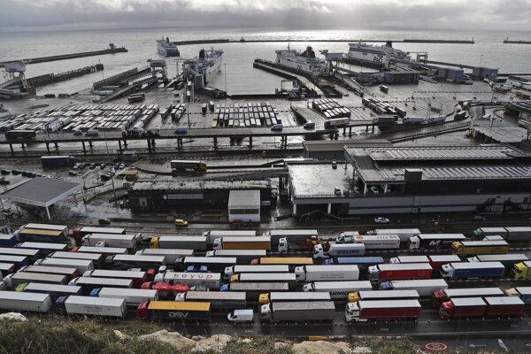 Pred Vianocami v Doveri uviazli tisícky kamiónov, aj preto Británia zaviedla systém povolení.