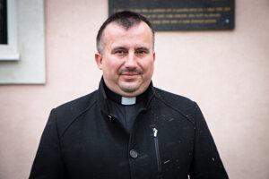 Ján Molčan, rodák z Rejdovej, Pred farou v Partizánskej Ľupči, ktorá mu je už 12 rokov druhým domovom.