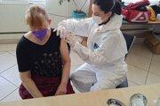 Novo vytvorený krajský mobilný tím začal v stredu očkovať v zariadení pre ľudí bez domova Oáza Bernátovce pri Košiciach.