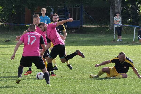 Futbalisti Demänovej v ružových dresoch.