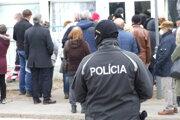 Polícia dohliadala aj pred očkovacím centrom v nitrianskej nemocnici. Takto to tam vyzeralo 11. marca.