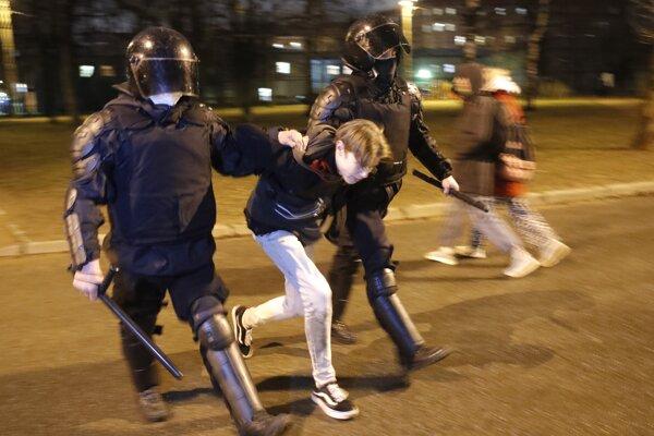 Ruskí policajti odvádzajú mladíka v Petrohrade