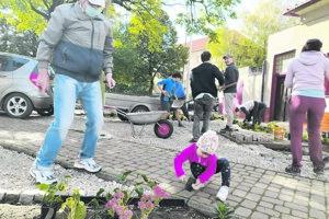 Partia dobrovoľníkov okolo Dominiky Danczi vysadila kvety v parku pri kalvárii, kde obnovili a sfunkčnili aj historickú studňu. Projekt čiastočne podporilo aj mesto cez participatívny rozpočet.