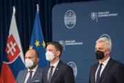 Zľava minister obrany Jaroslav Naď, premiér Eduard Heger a minister zahraničných vecí Ivan Korčok.