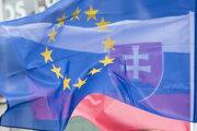 Vlajky Slovenskej republiky a Európskej únie.