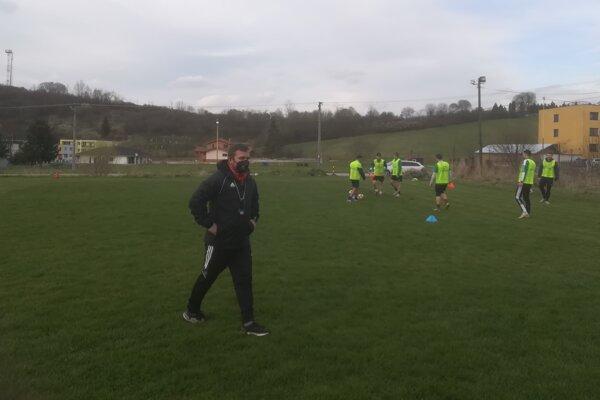 Kouč Stráňav Ján Janči a za ním futbalisti hrajúci bago na včerajšom tréningu.