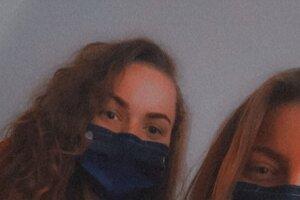 Vľavo Alexandra Budovcová, vpravo Alexandra Štrúbelová, žiaľ kvôli protipandemickým opatreniam vrúškach.