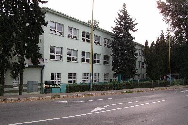 Obchodná akadémia v Michalovciach je opäť zatvorená.
