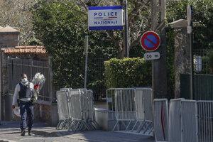 Ľudia nosia na policajnú stanicu, na ktorej sa stal útok, kvety