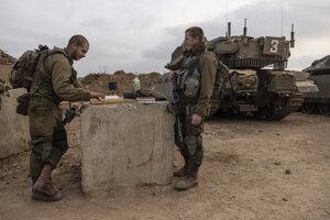 Izraelskí vojaci na hranici pásma Gazy.